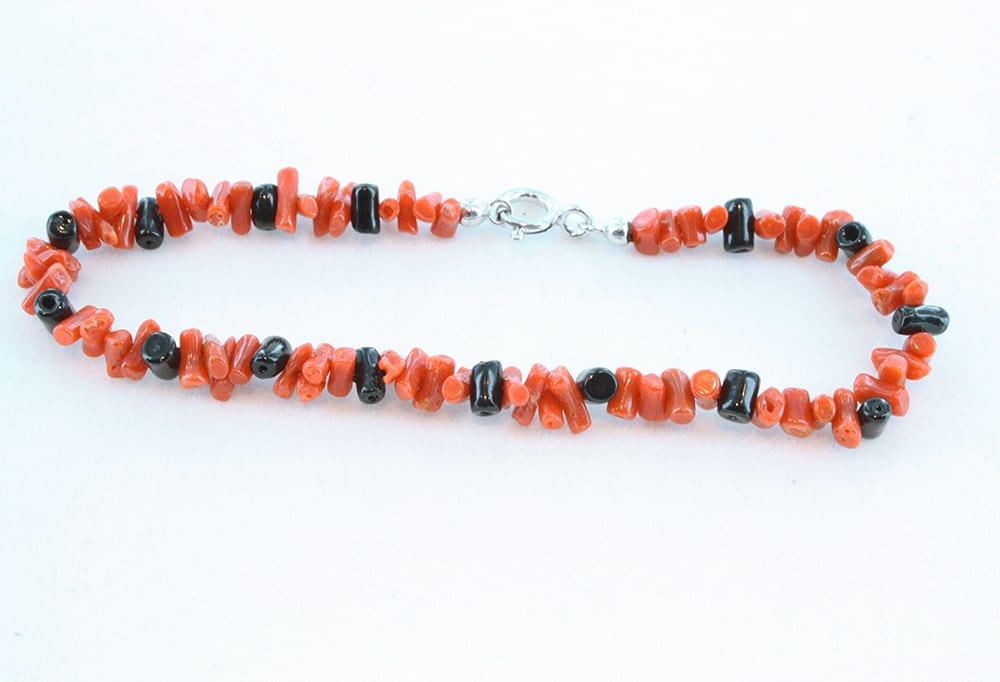 Bracelet en corail rouge et petites perles noires 063